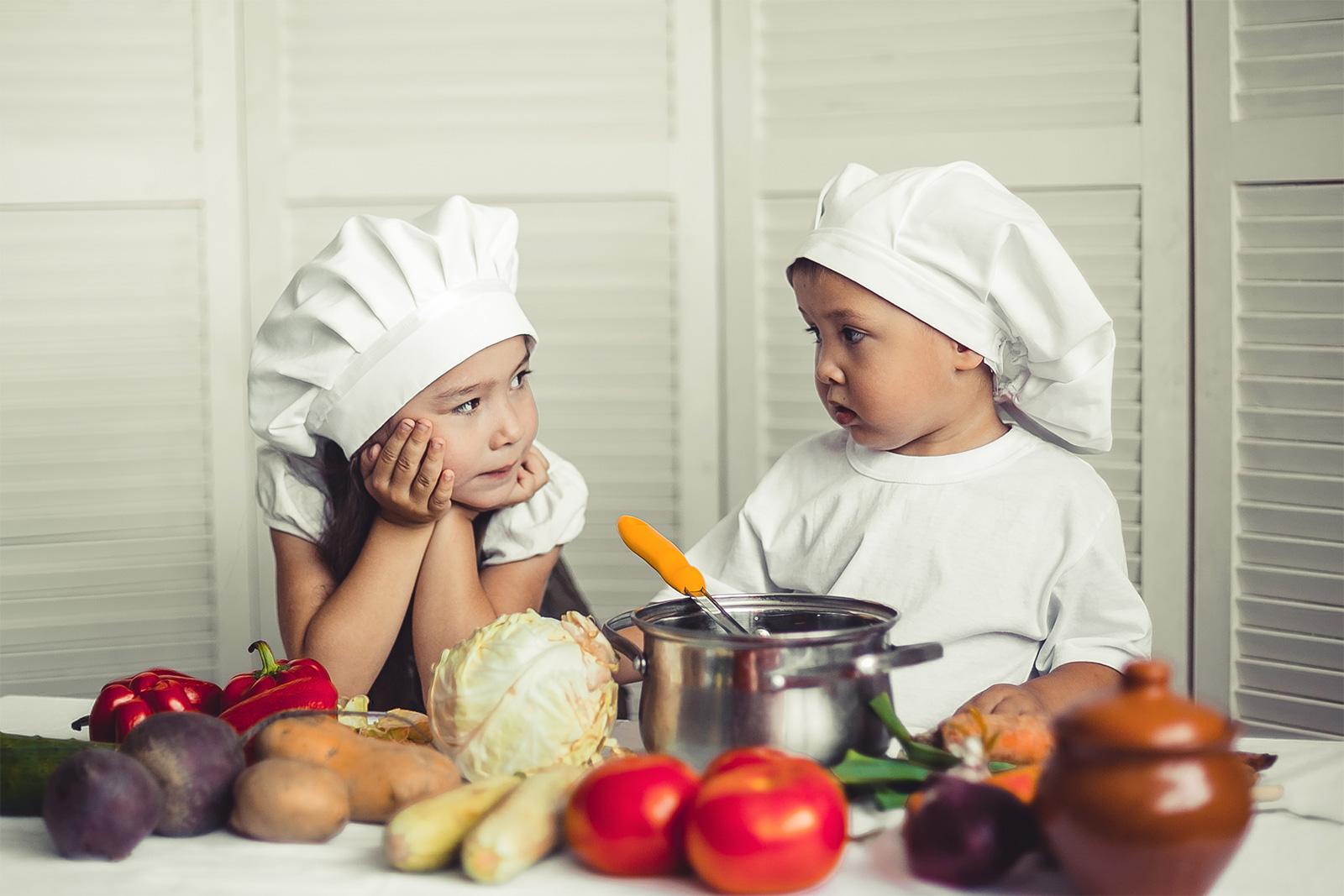 Ребенок готовит еду картинка